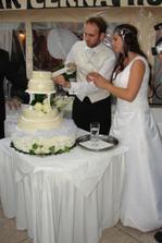 pri krájaní torty