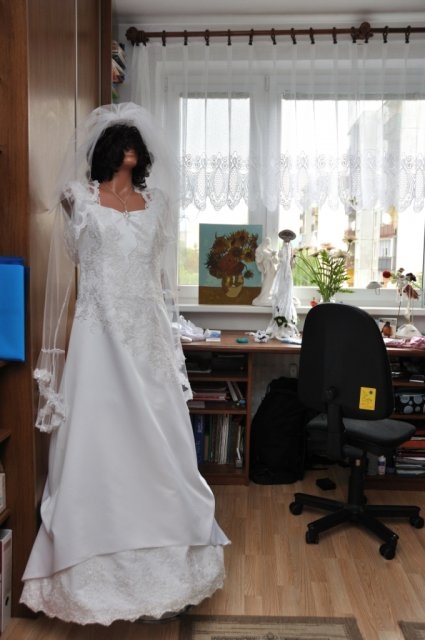Ako to prebiehalo v deň D - busta bola požičaná, keďže som šaty mala už od stredy, aspoň im dobre držala tvar