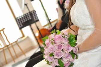 svadobná kytica v akcii, ruže ladia jedine so šatami družičiek a kravatami družbov, zvyšok výzdoby zostal biely
