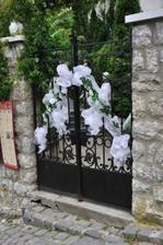 """výzdoba prednej brány, na ktorú sa neskôr zavesila tabuľka s """"No entrance except on party business"""""""