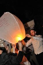 najskôr hostia na lampióniky napíšu priania pre mladomanželov
