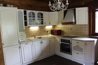 Kuchyňa premaľovaná - pôvodný stav hnedý/ slivka - strhnutá fólia teplovzdušnou pištoľou a pretreté na krémovo