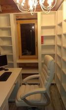 Okno bolo pôvodne malé špajzové... kancelária už hotová