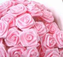 133 saténových růžiček na malinké dekrace (na šatičky panenky na auto)