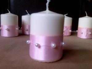 Krásné nápadité růžovo bílé svíčky na svatební tabuli