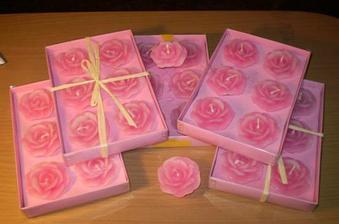 aa spouuusta sbětle růžových svíček ve tvaru růže