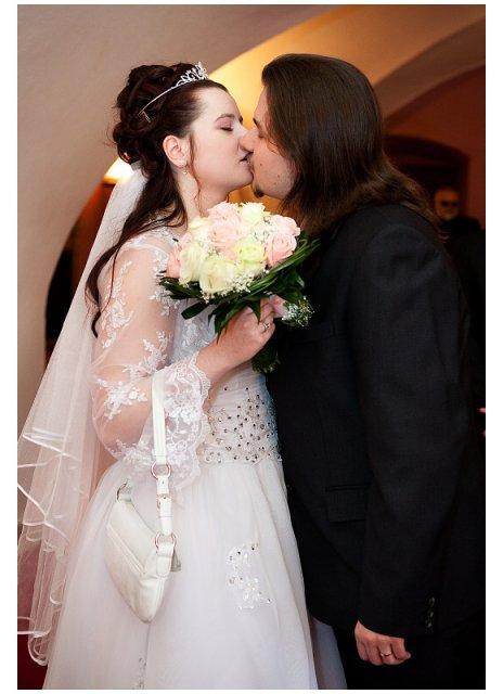 Katka B.{{_AND_}}Milan K. (23. 4. 2010) - první novomanželský pusinek :-*