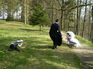 jedna unikátní....my při focení v parku, v trávě fotící Zuzka, osvětluje (v lehce kung-fu poloze) Pyromat Petr :-D
