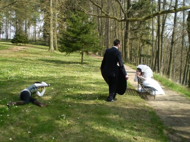 Katka B.{{_AND_}}Milan K. (23. 4. 2010) - jedna unikátní....my při focení v parku, v trávě fotící Zuzka, osvětluje (v lehce kung-fu poloze) Pyromat Petr :-D