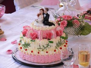 náš svatební dortík stačil bohatě pro 21 lidí a ještě zbylo :-)
