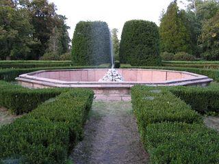 Alenka a Hubert - fontána pred kaštielom