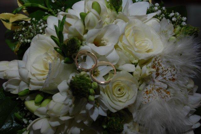 Detaily našej svadby - detail kytičky s prstienkami
