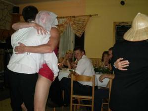 Ženichův tanec s náhradní nevěstou:)