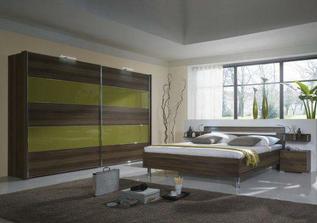 Skříň, koberec a postel pořídíme! Dále zelené doplňky a stěny více do čokoládové hnědé :-) někam i samolepku na zeď.