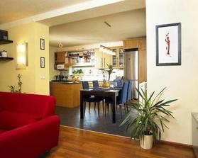 Takto kuchyň s jídelnou - přechod obývak. Ale ne modré jídelní židle, ale dřevo.