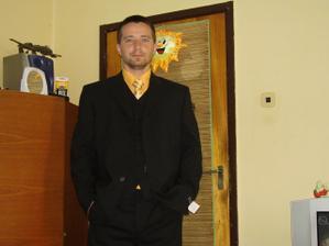moj fesak,sam si vyberal oblek aj sam zvolil farbu kosele, a hodvab.kravaty
