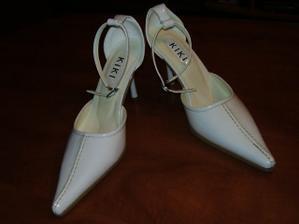 biele lakové topánočky