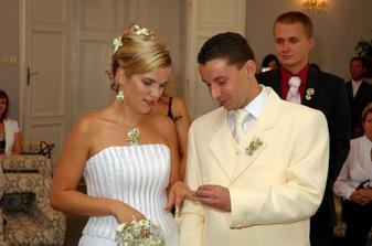 manžel si kroužkuje manželku