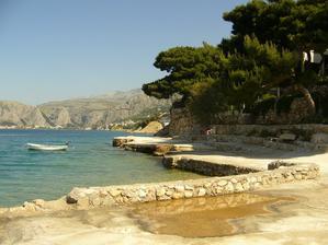 ...je to penzion přímo na pláži, apartmán s balkónkem a výhledem na moře :-)