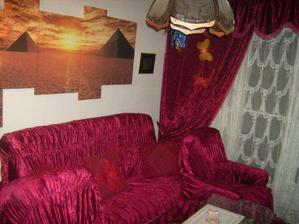 A takto vypadá obráz na stěně, sedačka a závěsy dostanou zlato-hnědý kabátek