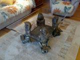 Stůl s faraonama už taky máme