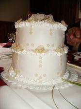 svatební dort ... naprosto úžasný, bílý marcipán a růžičky v barvě šampaň, jako šaty nevěsty ... nádhera a dobrota ...