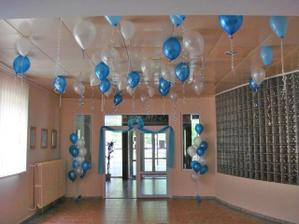 Dekorace - balonky budou .o) Přesně v téhle kombinaci, jen budou všechny přidělané k džbánečkům, aby nedržely u stropu