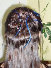 Modrý melír bude spíše v této variantě a taky sem tam zakroucený. Celkově ty vlasy nahoře budou víc vypadat takto. Jen dole bude udělán ohon z předchozí fotky