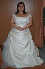 šaty 4. - obě ramínka, to je ono! :o) Trošku srovnat a ramínka tak, aby zakrývaly vylejzávací špeky z prsou