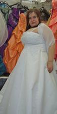 šaty 8. - z boku (přes ramena šála)