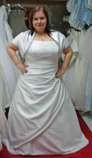 šaty 12. - vlastní bolérko mělo dlouhé rukávy, tak jsem si zkusila s krátkým :o) Přes ruce bylo těsné, ale v těle velké (a to bylo pro dost malou velikost, myslím 44)