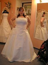 šaty 13. - další favoritky, i když ve skutečnosti vypadaly krásněji :o). Cítila jsem se v nich náramě, velké jejich plus - půjčovné jen 4000 !