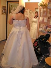 šaty 13. - zezadu.. tady je to horší... Je ale pravda, že mi jsou v pase a na bocích volné, chtělo by je to zapošít nebo menší velikost... ale to by asi pak nebyly přes prsa