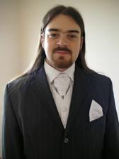 Ženich - detail obleku, snad je ten slabý proužek vidět, barva obleku tmavě šedá