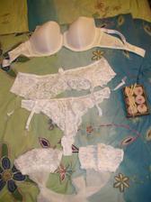 Doplňky k šatům - spodní prádlo :o), podprsenka se ještě bude možná měnit, vše bude použito na svatební noc či ráno :o)
