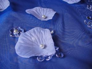 Dekorace - detail lístek, perlička, diamantík a kytička