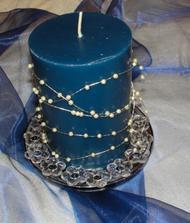 Dekorace - na skleněné misce (z ikey - nyní pokreslené, pak budou čiré) a perličky namotané na svíčce