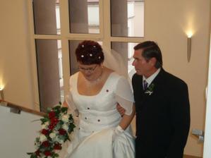 taťka mi asistoval i do schodů měl o mě strach a sotva držel slzy :)
