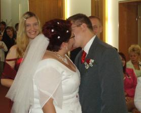 první novomanželské políbení celý sálek byl pobaven s prstýnku