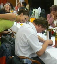 taky to tak dopadlo chudák byl s toho zmožen :) ale byla sranda a brzy pokračoval není na to si dát uprostřed svatby siestu :)