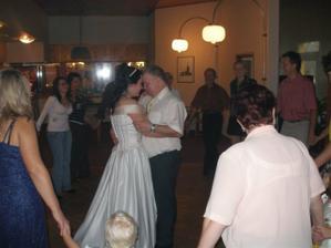 První novomanželský tanec... Nějak mě to celé dojalo a v půlce písničky jsem se rozbulela jako želva