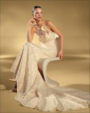 moje svatební šaty..jen jsou ve skutečnosti úplně jiné :-) v bílém provedení a bez kytky (ta se mi tam opravdu nelíbila..)