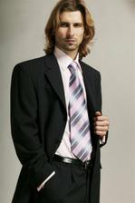 Ozeta, ma jemnulinky fialkovy pruzok a je aj za dobru cenu. Do toho fialkovu vestu a kravatu, hmmm