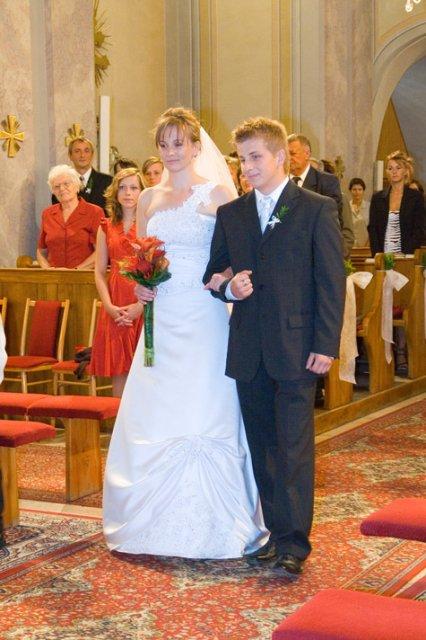 Mr.{{_AND_}}Mrs. Hevier - ... tu uz v kostole s mojim bratom