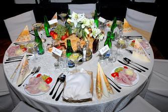 jeden zo stolov pre hosti..:-)