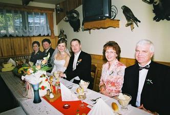 u svatebního stolu