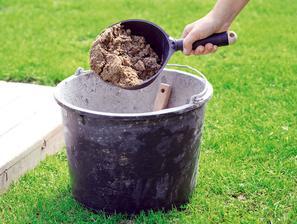 2. MALTA Vo vedre zmiešame cement s vodou a pieskom, ak chceme mať jazierko hrboľatejšie, prisypeme aj trochu štrku.