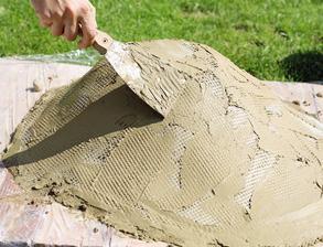 6. SIEŤ Nastriháme ju a  vtláčame do betónu po celom obvode. Nanesieme na ňu ďalšiu vrstvu betónu. Vytvarujeme ho, aby výsledok vyzeral prirodzene.
