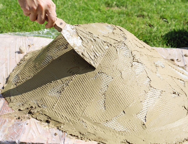 Záhony, výsadby a nejaké tie doplnky - 6. SIEŤ Nastriháme ju a  vtláčame do betónu po celom obvode. Nanesieme na ňu ďalšiu vrstvu betónu. Vytvarujeme ho, aby výsledok vyzeral prirodzene.