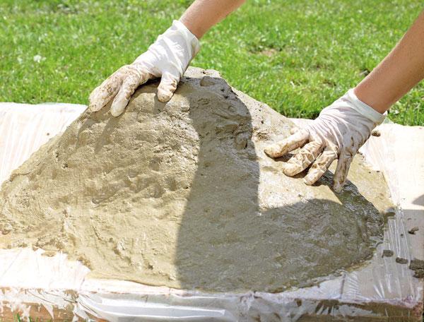 Záhony, výsadby a nejaké tie doplnky - 7. UHLADENIE Povrch urovnáme špachtľou alebo rukami, odtlačky prstov pôsobia mäkko. Vrchnú časť ponecháme plochú, aby jazierko po otočení mohlo stáť.